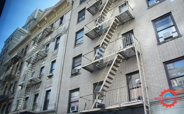 Ưu điểm thi công cầu thang thoát hiểm cho tòa nhà cao tầng